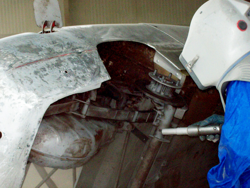 Sabbiatura industriale di auto con abrasivo non metallico